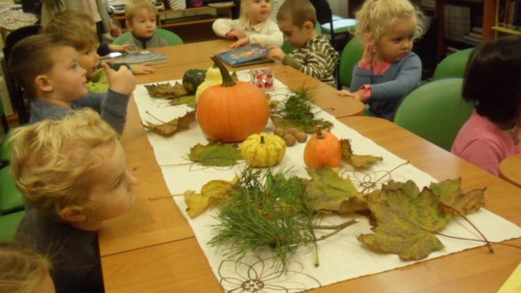 24 października – poniedziałek Misie szukały jesieni w Bibliotece :).