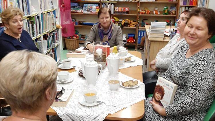 """Spotkanie Dyskusyjnego Klubu Książki """"Horus"""" w Dziwnowie odbyło się 25 listopada 2019 roku i była na tym spotkaniu omawiana książka Katarzyny Miller """"Bez cukru, proszę""""."""