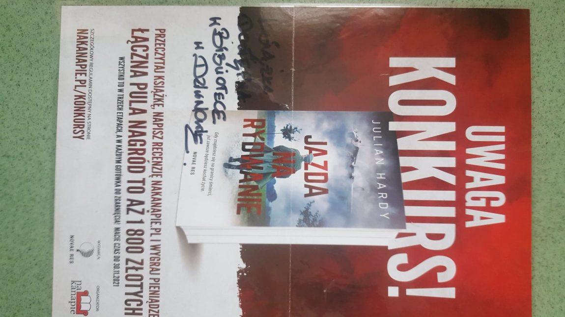"""Ogłaszamy KONKURS: Książka """"Jazda na rydwanie"""" Julian Hardy dostepna jest w naszej bibliotece w Dziwnowie :)"""